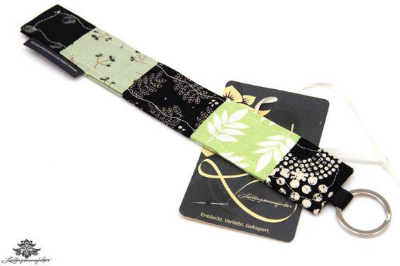 Geschenk zu Geschäftseröffnung: Bunter Schlüsselanhänger - hier in schwarz und grün - aus der #Lieblingsmanufaktur