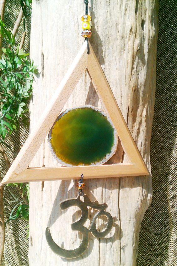 #Windspiel #Achat • #Om Symbol #Messing • #Holzrahmen (dreiecksform ist handwerkliches Erzeugnis eines Schreiners) • mit echter, großen# Achatscheibe und #Om Zeichen • 4 Glas #Beads •# Lederband zum Aufhängen • super schön und energetisch!! An Lederschnur • wunderschön anzusehen • Gesamtlänge einschl. Lederband ca 65cm  #UNIKAT mit handmade by #helenehoelle.de