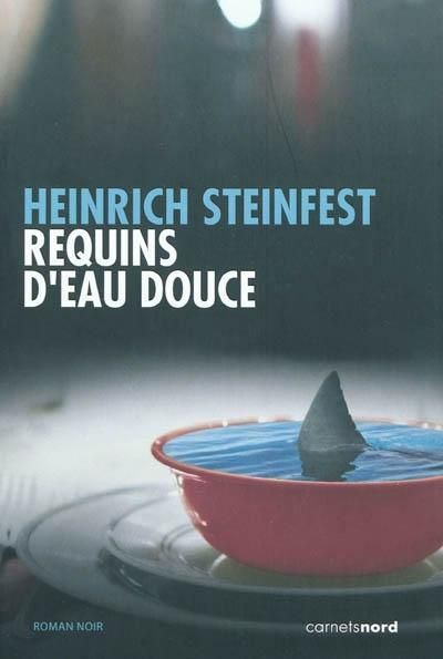 """""""Requins d'eau douce"""" de Heinrich Steinfest / Un corps flotte dans une piscine au sommet d'un immeuble viennois : dépecé, une main et une jambe en moins, des traces de morsure très nettes. Une prothèse auditive gît au fond du bassin. Richard Lukastik, inspecteur misanthrope de la police de Vienne, prend les choses en mains. L'enquête sera l'occasion pour lui de vérifier ses hypothèses sur le genre humain et de les formuler avec ironie."""