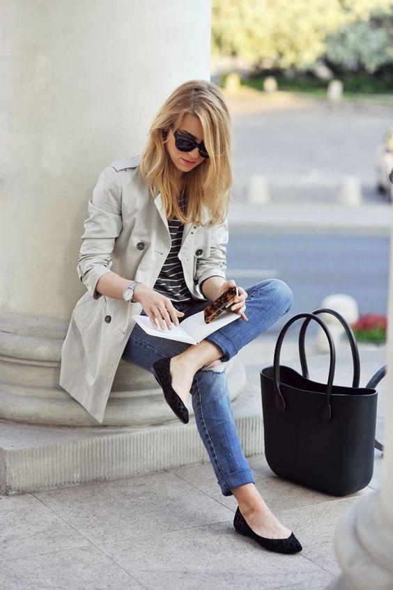 Calça jeans skinny, sapatilha preta, camiseta listrada preta/branca, sobretudo bege e bolsa pret #flatsoutfit