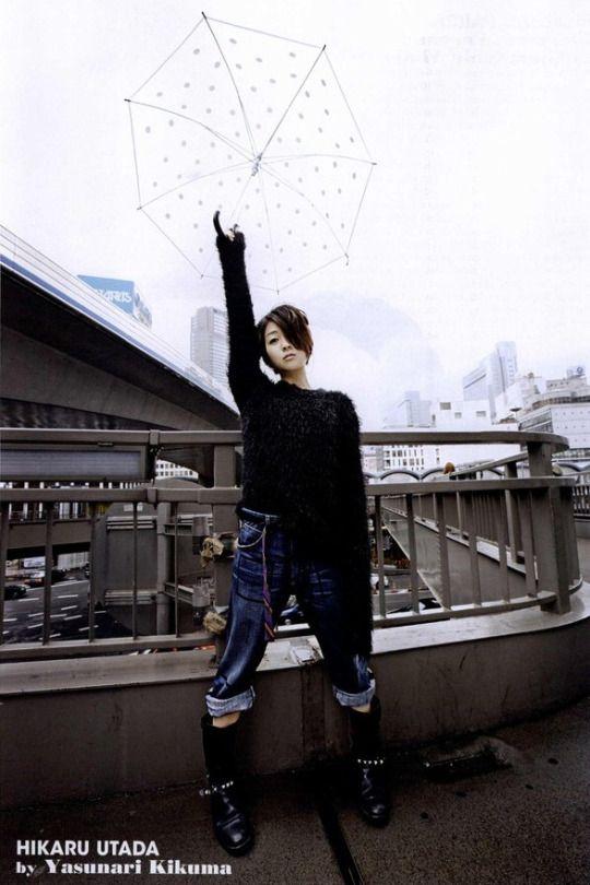 傘を持っている宇多田ヒカル
