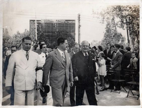"""Arthur Stickel foi presidente do Clube Pinheiros por um período de 13 anos, nesta foto ele está de terno preto, e à sua esquerda o governador Adhemar de Barros, aquele que declarava publicamente que """"Rouba mas faz!"""""""
