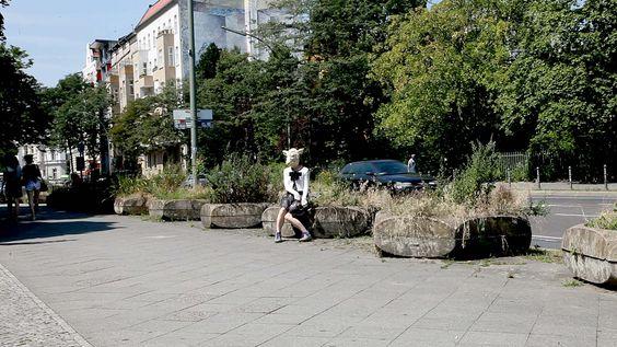 """Desinne-moi un mouton. Aus der Serie """"Tanz mit der Schafsfrau"""" oder """"Ceci n'est pas un mouton"""". Performative Intervention, Video, Installation, Fotografie Kant Garage, ehemaliges Einkaufszentrum Cité..."""