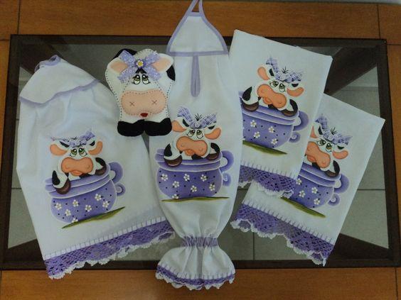 Kit de cozinha com pintura em tecido de vaquinha e barrado de crochê! <br>Feito em no tecido de tergal branco.Faço da cor da sua preferência! <br>o kit é composto de 5 peças: <br>>1 pano de prato(feito no tecido de sacaria da estilotex) <br>>1 pano de prato(feito no tecido de sacaria da estilotex) <br>>1 porta pano de prato de vaquinha(Feita em feltro) <br>>1 puxar saco <br>>1 capa do bujão de gás