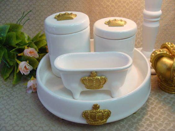 Kit de porcelana com bandeja . <br>PODE SER FEITO EM OUTRAS CORES <br> <br>1 bandeja redonda ( 22 de diâmetro x 4 cm de altura) <br>2 potes com coroa <br>1 molheira de banheira sem furo