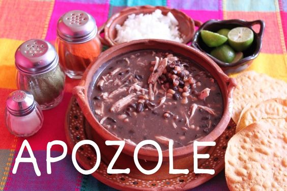Caldillo de frijol preparado con granos de elote y espinazo, se acompaña de cebolla, rábano, lechuga, orégano y chile rojo.
