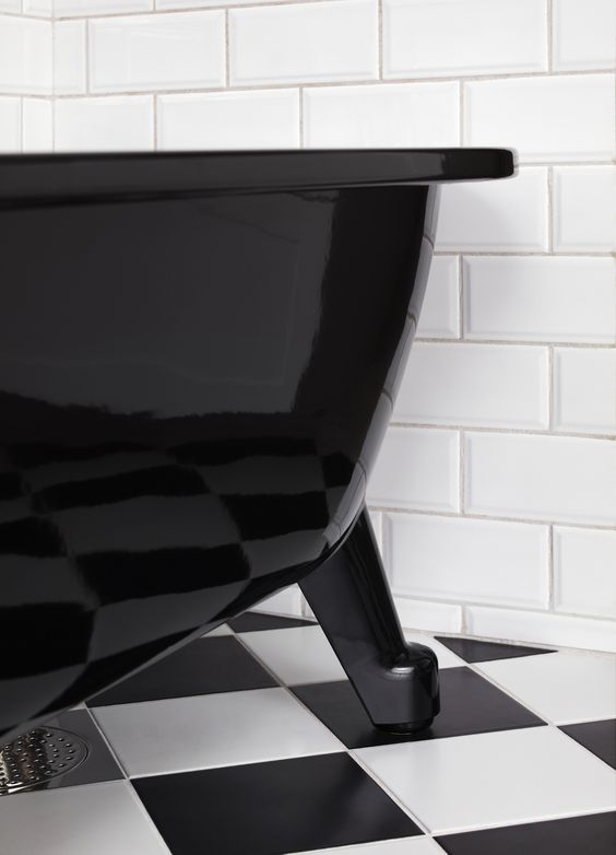 Badkar med tassar i svart utförande ger en effektfull känsla till ...
