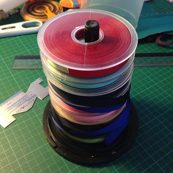 #truco para mantener esas #cintas o #bies a raya: una lata vieja de cds o dvds . Si no tenéis una base de madera y un palo de sección circular y #voilà !