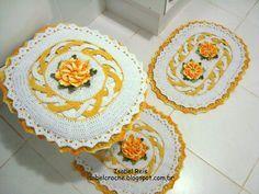 Jogo de banheiro contendo 3 peças: 1 tapete de pia, 1 tapete de vaso, 1 tampa de vaso. Feito com barbante número 6 nas cores branco e amarelo. O barbante já foi testado e não mancha.