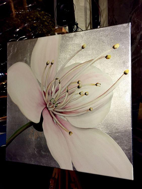 Fiore dipinto a mano su tela ricoperta in foglia argento