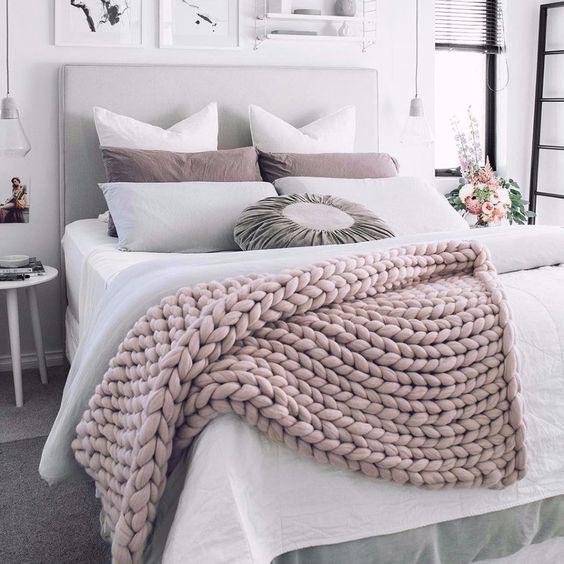 Quartos decorados : cama com manta de tricô