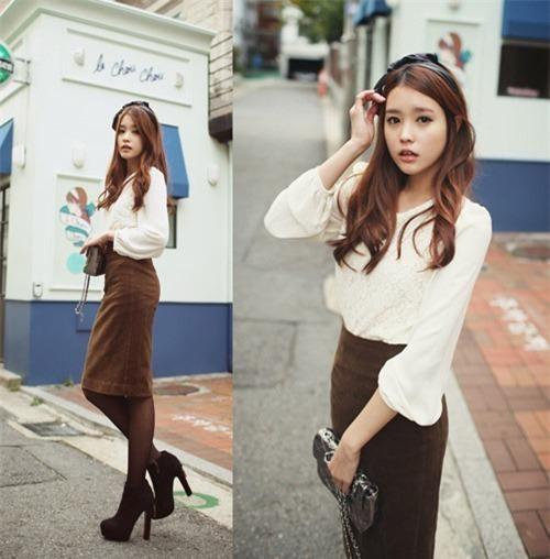 Áo trắng là sự kết hợp hoàn hảo cho chân váy nâu mà bạn nên tham khảo.