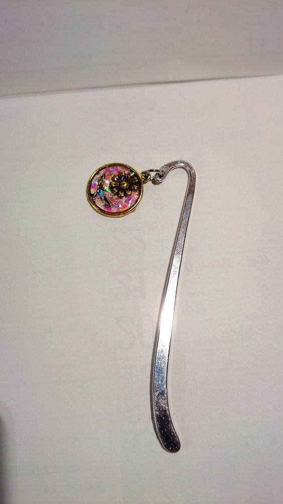 1.5センチのピンクのホログラムを入れたお花のブックマークです(^-^)|ハンドメイド、手作り、手仕事品の通販・販売・購入ならCreema。