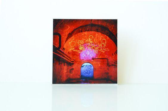 Motiv: Neon  Das Foto wurde auf eine weißgestrichene Holzplatte gezogen.  Jedes Stück ist in eigener Handarbeit entstanden. Kleine Unregelmäßigkeiten sind gewollt und machen dieses Bild zu...