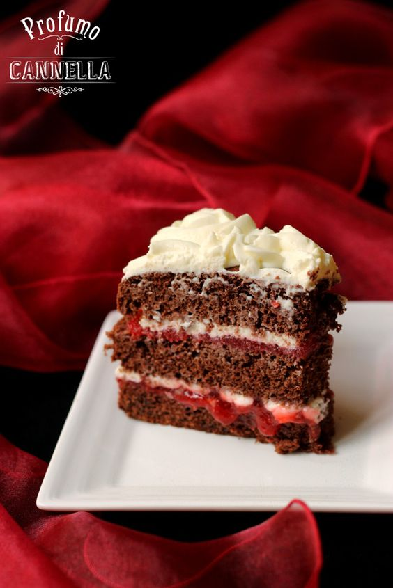 Naked cake con pan di spagna al cacao, gelatina di fragole e mousse di yogurt greco