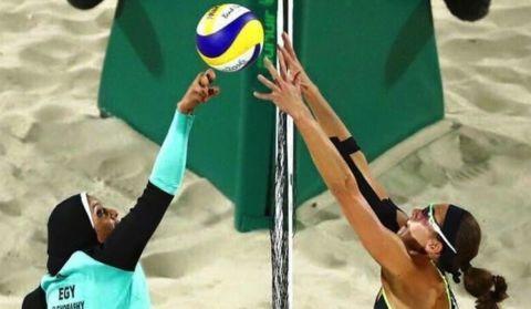 La photo phare des JO : quand l'Égypte affronte l'Allemagne au beach-volley