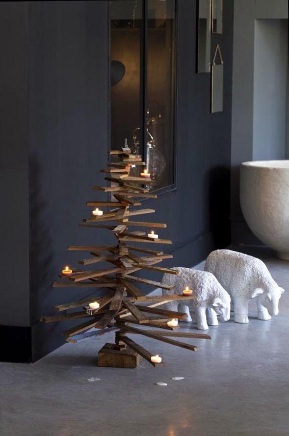 Rboles de navidad de listones de madera y ramas con - Arboles de navidad de madera ...