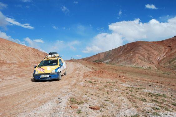 Umgeben von Leere. Der Twingo mitsamt Team irgendwo im usbekischen Nirgendwo.