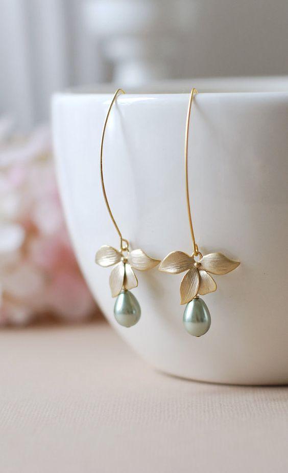 Fleur dorchidée or mat Teardrop vert sauge perles Boucles doreilles. Belles fleurs or mats sont suspendus par des fils doreille crochet de long ovale