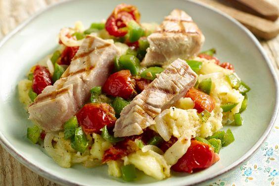 Stoemp is niet per se winterse boerenkost. Ontdek deze zomerse Zuiderse puree met paprika, zongedroogde tomaatjes en gegrilde tonijn. Smakelijk!