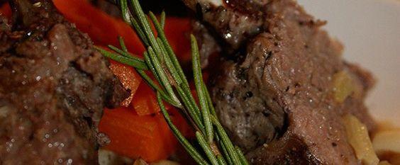 Recette Souris d'agneau façon gigot de sept heures Gérald Chapuis, du Restaurant La Vieille Ferme de Beauzac, vous invite à partager un grand classique de nos terroirs, l'agneau de Pâques. Il nous propose cette recette avec un morceau de choix, la souris d'agneau, façon gigot de sept heures. Une cuisson lente pour permettre à la viande de révéler toutes ses saveurs, jusqu'à obtenir un plat  délicieusement fondant qui ravira les gourmets !