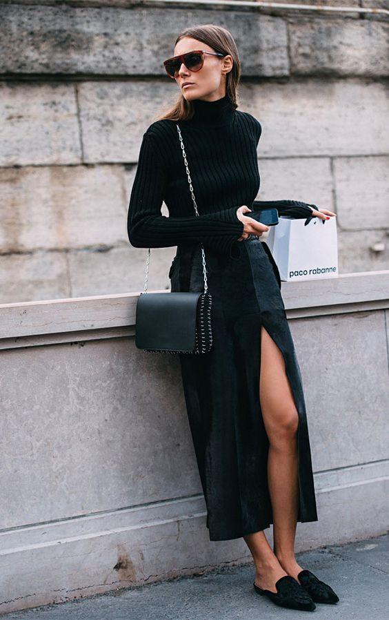 Está toda de preto mas quer dar um charme para o look? Aposte em fendas! A pele que se mostra ao andar é o acessório que todas temos e que podemos usar sem medo.  it girl - saia-fenda-gola-alta-mule - preto - inverno - street style