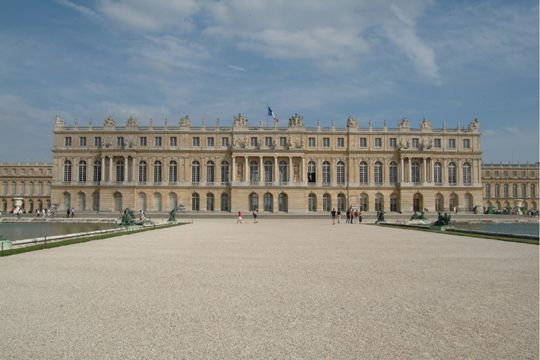 Versailles, château le plus visité de France qui a accueilli plus de 5 millions de visiteurs en 2007. Emblématique du règne de Louis XIV, le château de Versailles a eu le privilège d'être inscrit au patrimoine mondial par l'UNESCO en 1979. Depuis quelques années, s'enchaînent les travaux de rénovation pour lui rendre son faste d'antan.