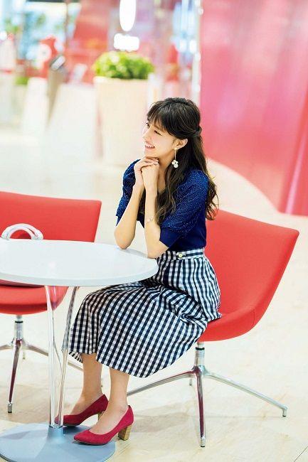 流行りのギンガムチェックのスカートを着こなす愛甲千笑美