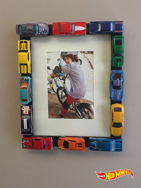 """Tolle Idee für Kinder Basteln - Bilderrahmen aus Spielzeugautos selber machen *** What a terrific DIY idea for a boys room or family room! You could use """"Hot Wheels"""", miniature motorcycles, mini soccer balls, seashells, the possibilities are endless."""