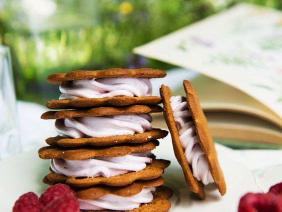 Kekse mit Himbeercremefüllung ist ein Rezept mit frischen Zutaten aus der Kategorie Gebäck. Probieren Sie dieses und weitere Rezepte von EAT SMARTER!