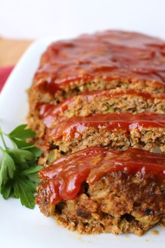 How to Make Meatloaf in Your Slow Cooker - There's no easier weeknight meal than a delicious meatloaf made in the slow cooker. You won't believe how moist this meatloaf is!
