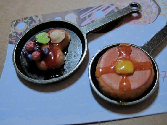ハート型パンケーキ(大)と丸いパンケーキ(小)のブローチ大:約5cm小:約4cm小さいモチーフ(ベリー他)は強い衝撃が加わりますと外れる恐れがあります。ご注意...|ハンドメイド、手作り、手仕事品の通販・販売・購入ならCreema。