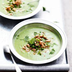 ZTRDG kookt recepten in het seizoen en maakt in juni een soep van doperwten met munt en Hollandse garnalen. Lees meer op ZTRDG.nl.