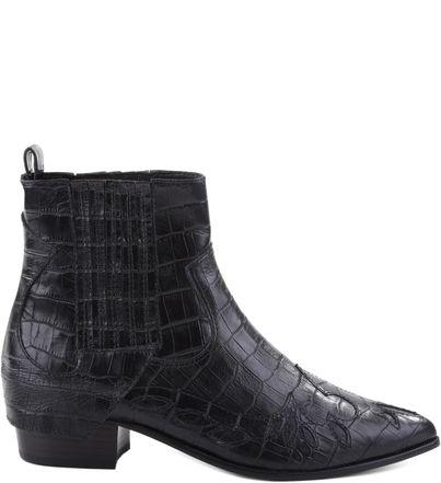 As botas de cano curto, com inspiração western ganham elásticos nos tornozelos, como os modelos dos anos 60. Além de garantir conforto, praticidade e estilo, elas se ajustam no tornozelo e podem ser