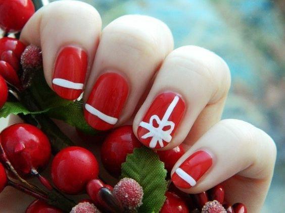 Unghie rosse con decorazioni bianche