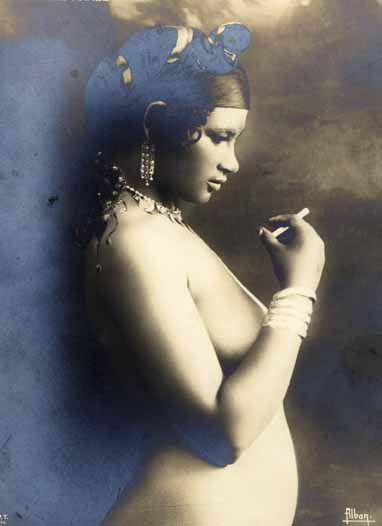 Jeune femme à la cigarette de profil, Egypte, circa 1920.