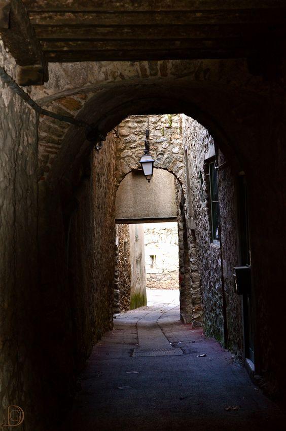 Architecture - The chiaroscuro alley. L'allée clair-obscur. Villefranche de Conflent, France. ©Dorian Garnier