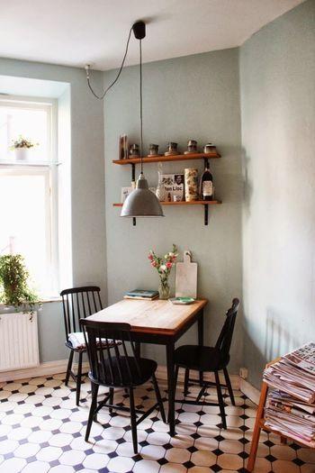 床の柄を上手く活かした、センスあふれるコーディネート。壁の色も海外っぽい!: