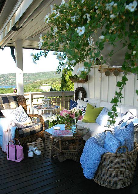Inviting porch via Sunhome.