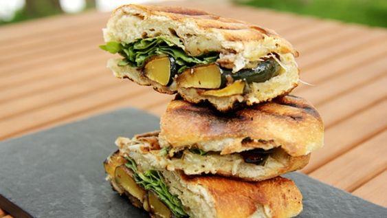 Pains Kaiser garnis de porc et mayonnaise au chipotle, paninis à la courge et à l'emmenthal
