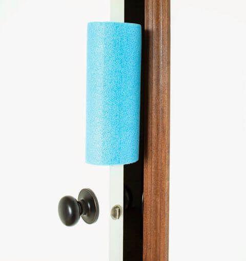 Eine Schwimmnudel kann auch außer dem Schwimmbecken sehr nützlich sein - Türenschlagen vereiden