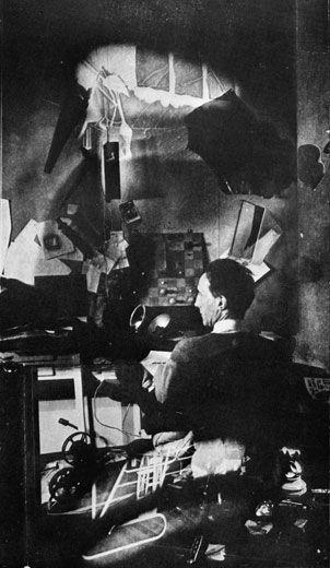 """Marcel Duchamp, Studio, 67th Street in New York: """"Für mich ist die Malerei veraltet. Sie ist Energieverschwendung, keine gute Masche, nicht praktisch. Wir haben jetzt die Photographie, das Kino – soviel andere Wege um das Leben auszudrücken."""""""