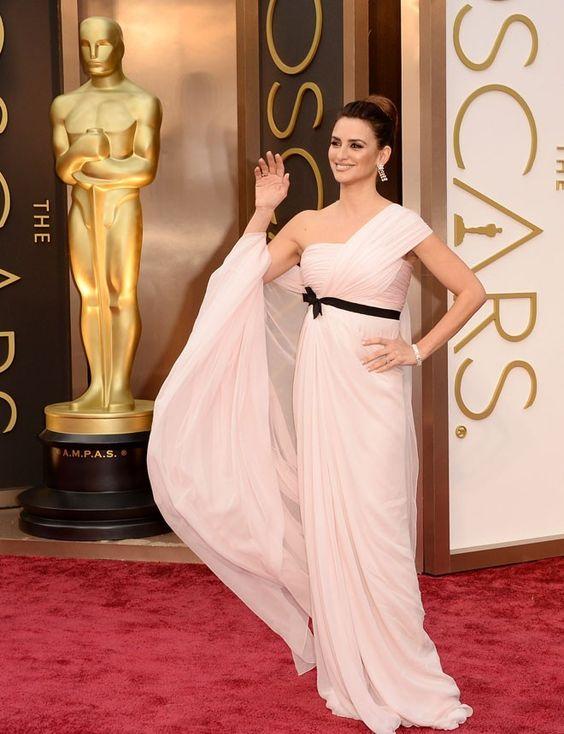 Penélope Cruz http://www.marie-claire.es/moda/look/fotos/alfombra-roja-oscar-2014-las-mejor-vestidas/penelope-cruz3
