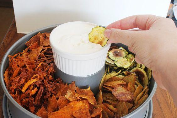 Fettarme Gemüse-Chips zum nächsten WM-Spiel oder für einen schönen Filmabend. gemüsechips   gemüse   chips   fettarm   rezept   backen   snack     fußball-wm   filmabend   filme   gesund   kartoffel   süßkartoffeln   karotten   zucchini   dip   gewürze   knoblauch   sourcream