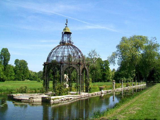 L 39 ile d 39 amour at the gardens of the chateau de chantilly for Jardin d amour wine