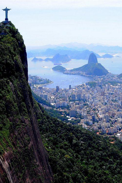 Uma linda vista do Rio de Janeiro, estado do Rio de Janeiro, Brasil.  Fotografia: 500px.com, via death-by-elocution.