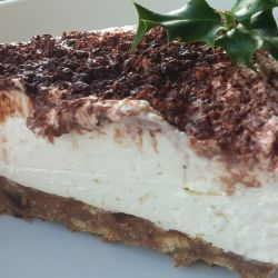 Christmas pudding and cranberry sauce cheesecake