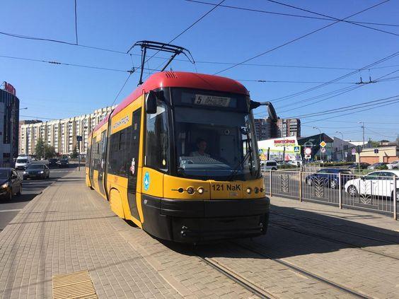 Трамвай PESA подходит к остановке