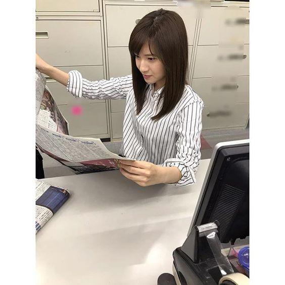 新聞を読む伊東楓アナ