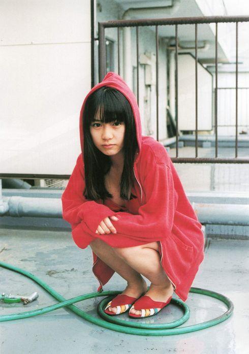 赤いパーカーを着た奥仲麻琴